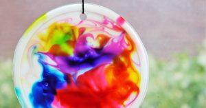 závěsná barevná dekorace